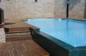 piscina bordo sfioro solarium legno