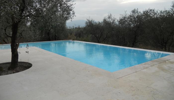 costruzione piscina sfioro lato lungo