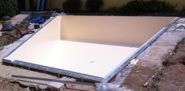 costruzione piscina irregolare pannelli prefabbricati